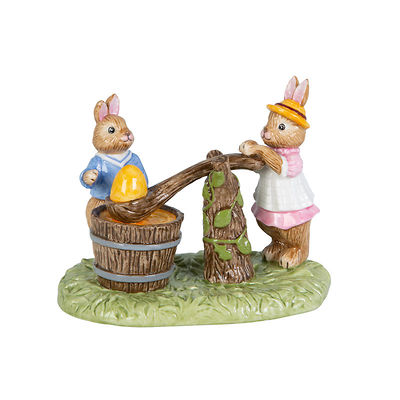 "Villeroy & Boch - Bunny Tales Figurka porcelanowa ""Króliczki malujące pisankę"""